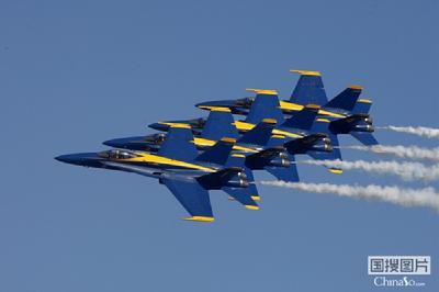 """美国海军""""蓝天使""""飞行表演队在休斯敦航展上"""